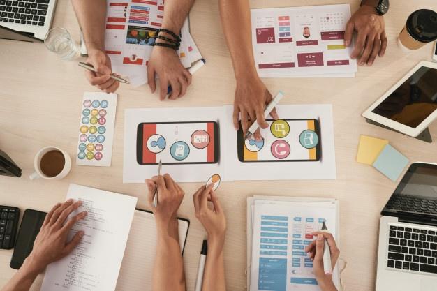 discussing-mobile-app_social media marketing